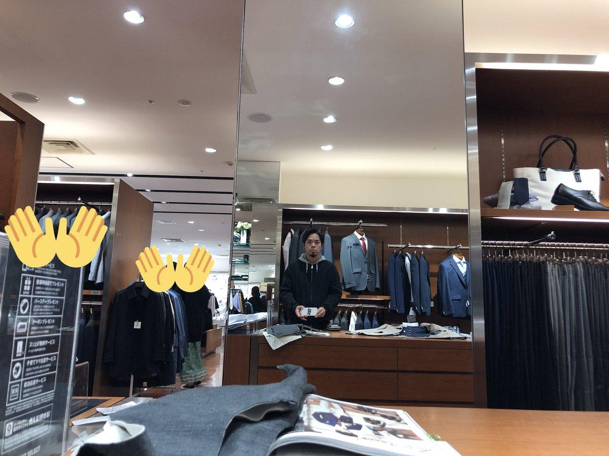 フリーターやめて就職する友達がなぜかバンドマンの俺を誘ってスーツを買いにきた挙句まごまご店員さんと40分くらい話込んでたのでしょうがなく待っていたときのフリーターの写真。