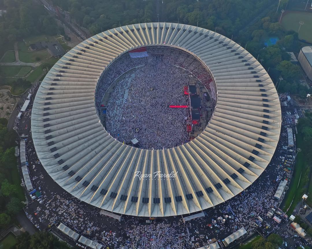 Millions gather at GBK for #TheGreatCampaignOfPrabowo what a moment