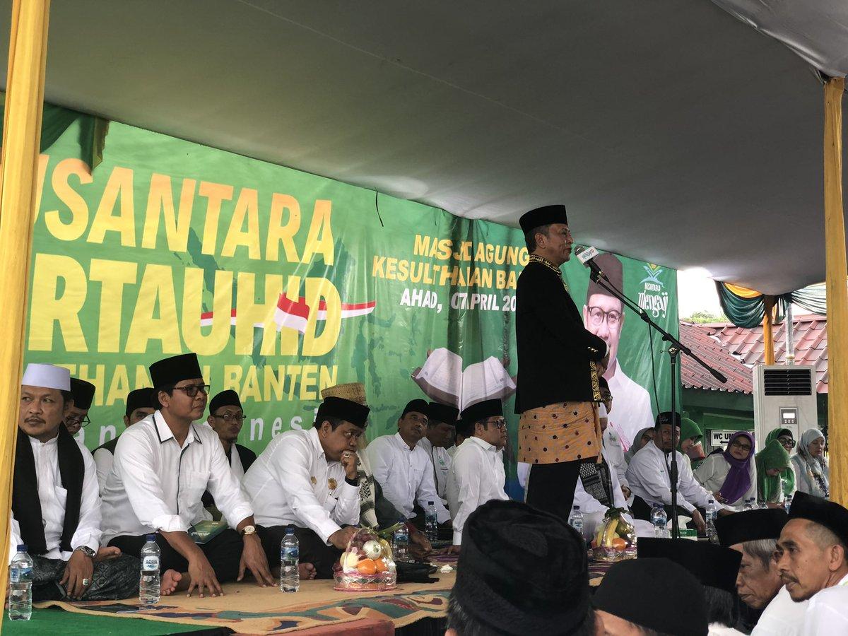 Pemangku Lembaga Adat Kasultanan Banten memberikan sambutan dalam #NusantaraBertauhid di Masjid Agung Banten. Khotmil qur'an yg lakukan ribuan jamaah disertai curahan hujan adalah tanda ridla Allah untuk Persatuan Indonesia..