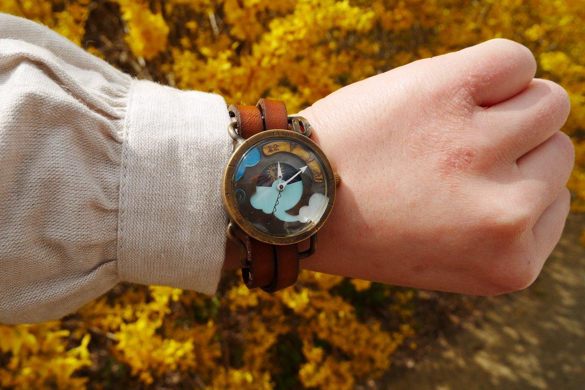 就職してから初めてのお正月にたまたま雑貨屋さんに委託販売されており一目惚れして購入しました。それまで時計は付けてなかったのですが可愛いデザインとチクタクという音が大好きで、今ではお出かけにはいつも付けて行きます。#dedegumo #2個目は新作
