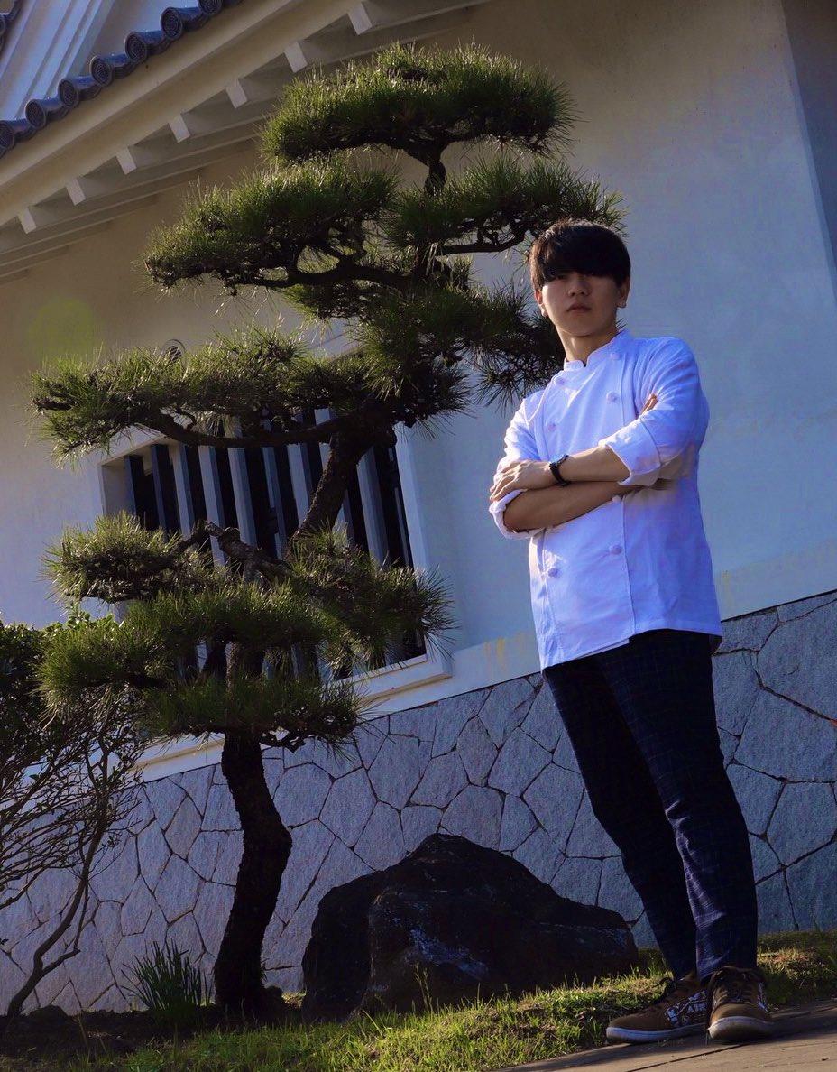 パティシエ 宇治。人に喜んでもらえるようなパティシエを目指すことを決意。高卒後、製菓専門学校に通い地元の洋菓子店に就職。三年間の修業を経て独立し京都に店を構え現在に至る。※すべてフィクションです。モデル:宇治撮影者:三毛様@31mikeneko31