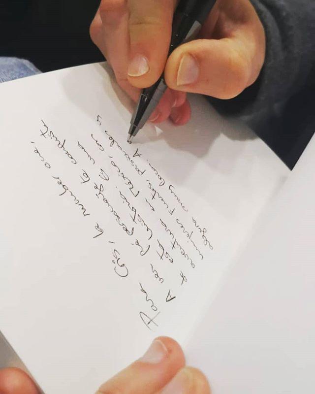 firmando ejemplares de la novela En blanco y negro en Madrid