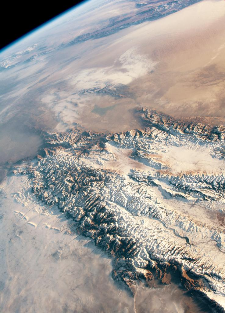 From @Space_Station, an astronaut captured this image of the snowy peaks and valleys of Central Asia's Tien Shan mountains and the Taklimakan desert. Ice from the mountain glaciers melts in springtime, providing the area with fresh water. Look closer: https://t.co/rXiHWrn7UX https://t.co/6vVnO5znTp
