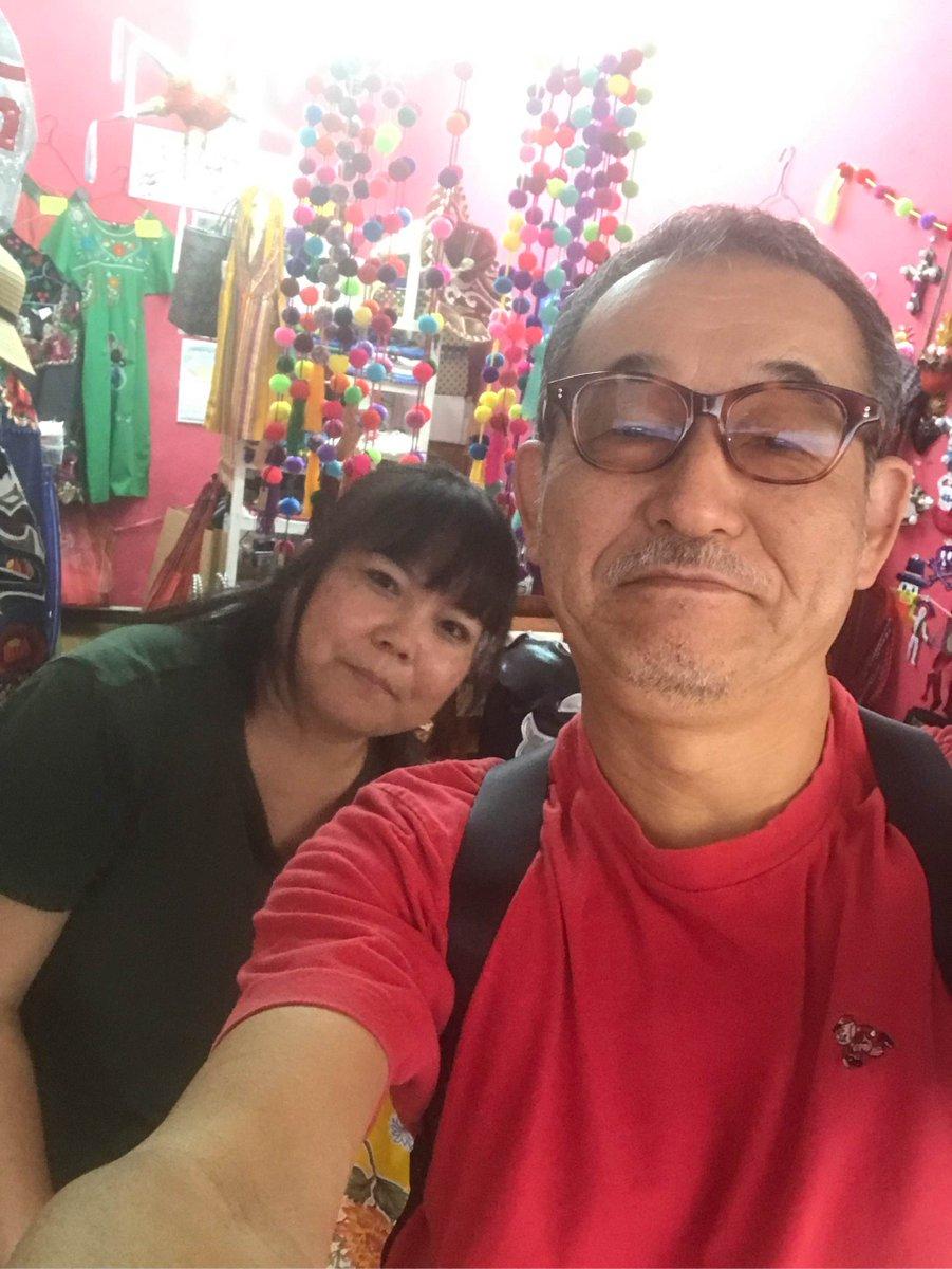 市場のメキシコ雑貨屋topeに顔を出す。雑貨屋というか、メキシコのプロレス、ルチャ・リブレに関係したグッズが多い。オーナーは、ルチャが見たくてメキシコで就職したくらいの強者だ。店の周辺には、猫が多い。なかなかいい環境。