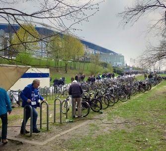 🚲 Autour du Veltins Arena (stade du @s04_en) de nombreux parcs à vélos sont installés. Malgré que ce stade soit en périphérie de la ville, de nombreux fans s'y rendent à vélo. #FanEngagement  📸 @charles_caillot partage son expérience fan dans ce stade : https://buff.ly/2G0YatB