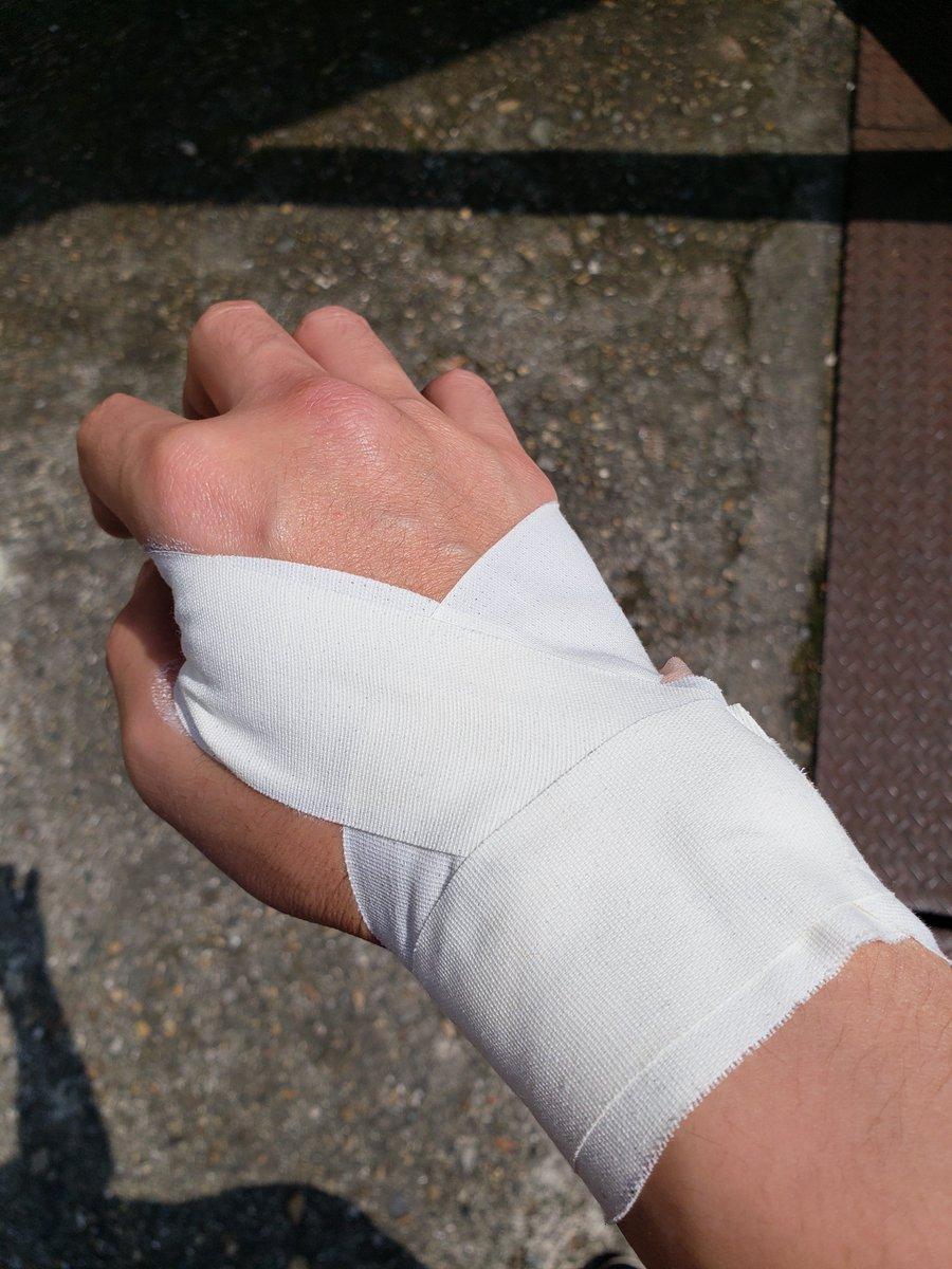 って、ダフッて痛めたんじゃないですよ^^痛い。急に手首が…曲げて指に力を入れても…PC入力も大変…重たいもの持てない…利き手だし早く治れ~直でテーピングテープしてしまったので、剥がすときに大変そう。脱毛に…