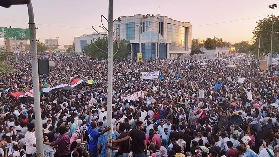 Sudan Witnesses Biggest Anti-Goverment Protest#6April http://500wordsmag.com/sudan-news/sudan-witnesses-biggest-anti-goverment-protest-6april/…pic.twitter.com/9Cf25Yfr2d