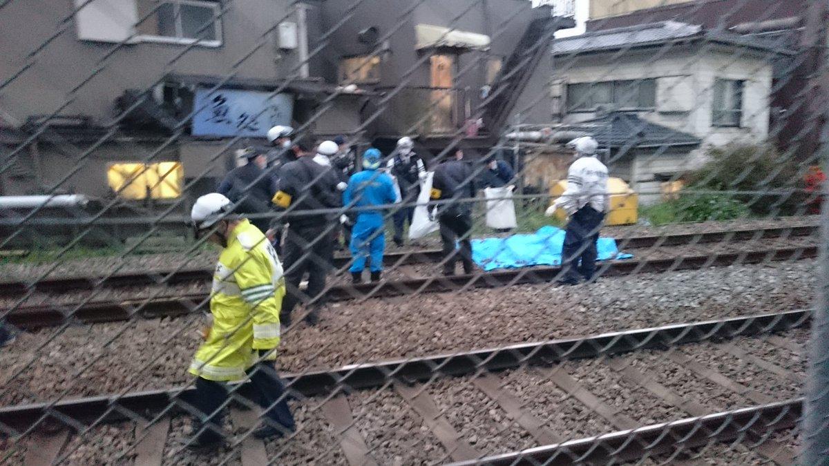 弘明寺駅付近の人身事故でブルーシートで負傷者を隠している画像