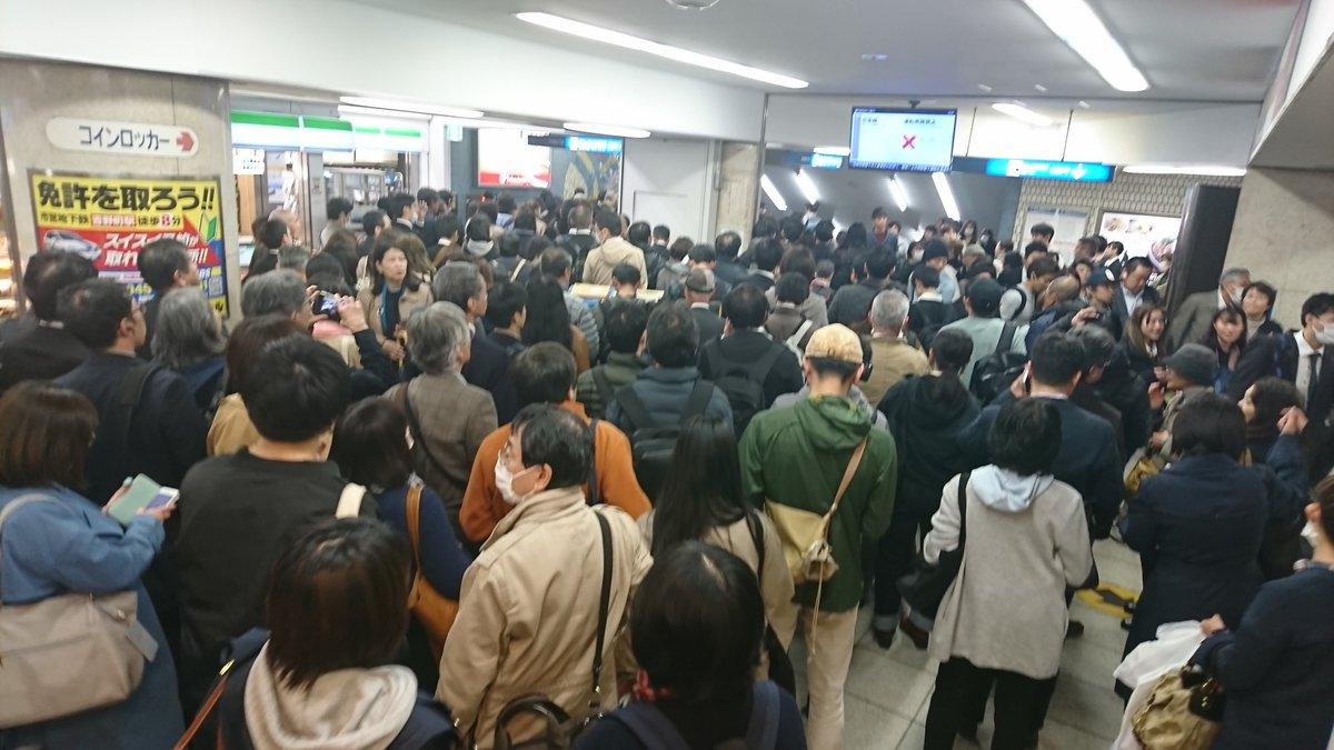 京急線の人身事故で横浜駅が混雑している画像