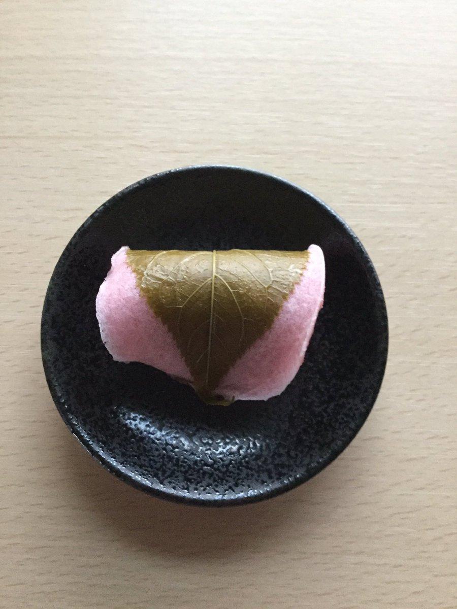 清月堂本店の「桜餅」🌸  最近は関東でも道明寺の桜餅を見かけることが多くなりましたが、桜餅と聞いて私がイメージするのはこの形です。 柔らかな桜色の皮とほどよい甘さの餡、桜の葉が絶妙なバランスで、〝端正な〟という言葉が浮かんだ美味しい桜餅でした。 #桜のお菓子🌸