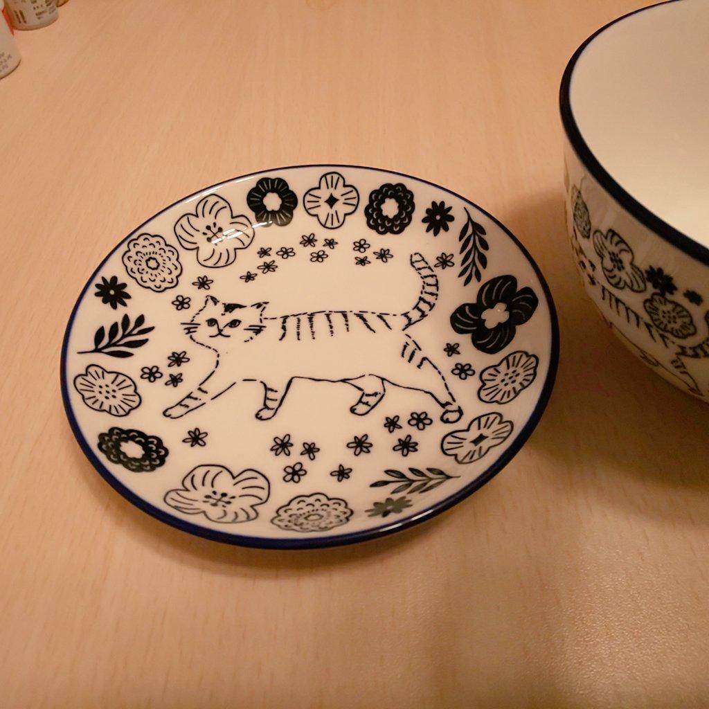 test ツイッターメディア - 今日帰りに、セリアによって可愛いご飯茶碗と取り皿を見つけて買ってしまった😊💦 陶器みたいな作りで100円には見えないんです🎵 #セリア #お茶碗 #取り皿 #猫 https://t.co/pc29g9iFKR