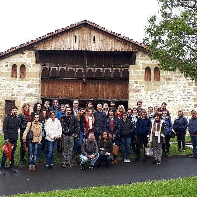 hoy hemos tenido la jornada de puertas abiertas del caserío mas antiguo de Bizkaia, dirigida a alojamientos y oficinas de turismo de Uribe. El caserío se podrá visitar a diario del 13 al 28 de abril, a las 12:00 y a las 17:00. No te lo pierdas.. @UribeTurismo #elkarrekin