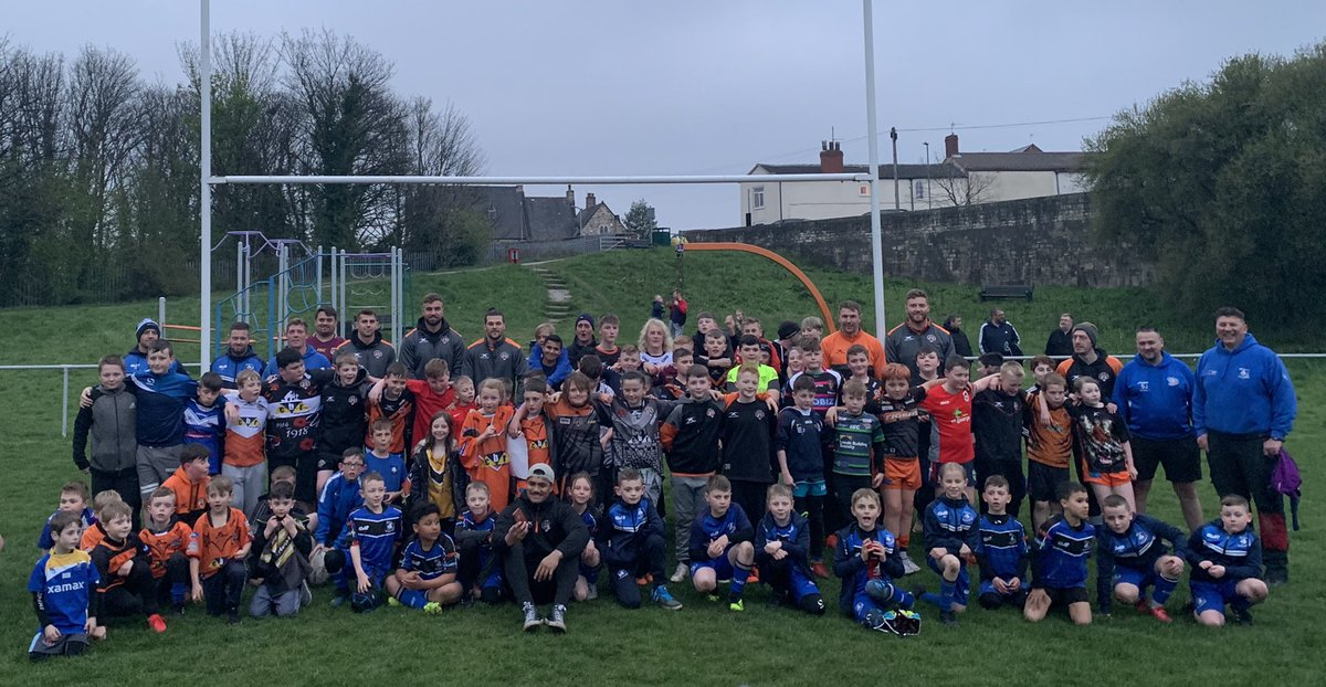 Six of our first team players went to @brothbulldogs training session tonight for a #TigersTakeover!   Thank you to everyone who came along! #COYF<br>http://pic.twitter.com/tWbfvTCsSw