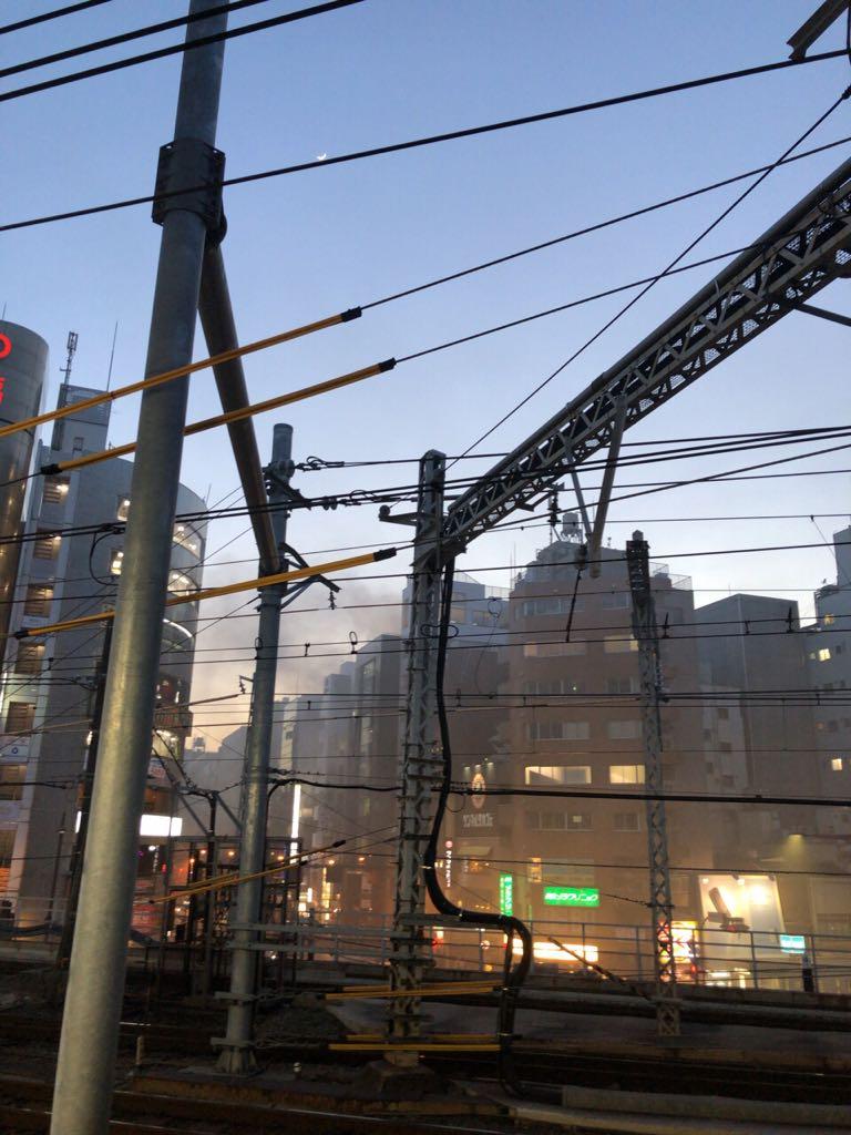 神田駅付近のビルが火事になってる現場画像