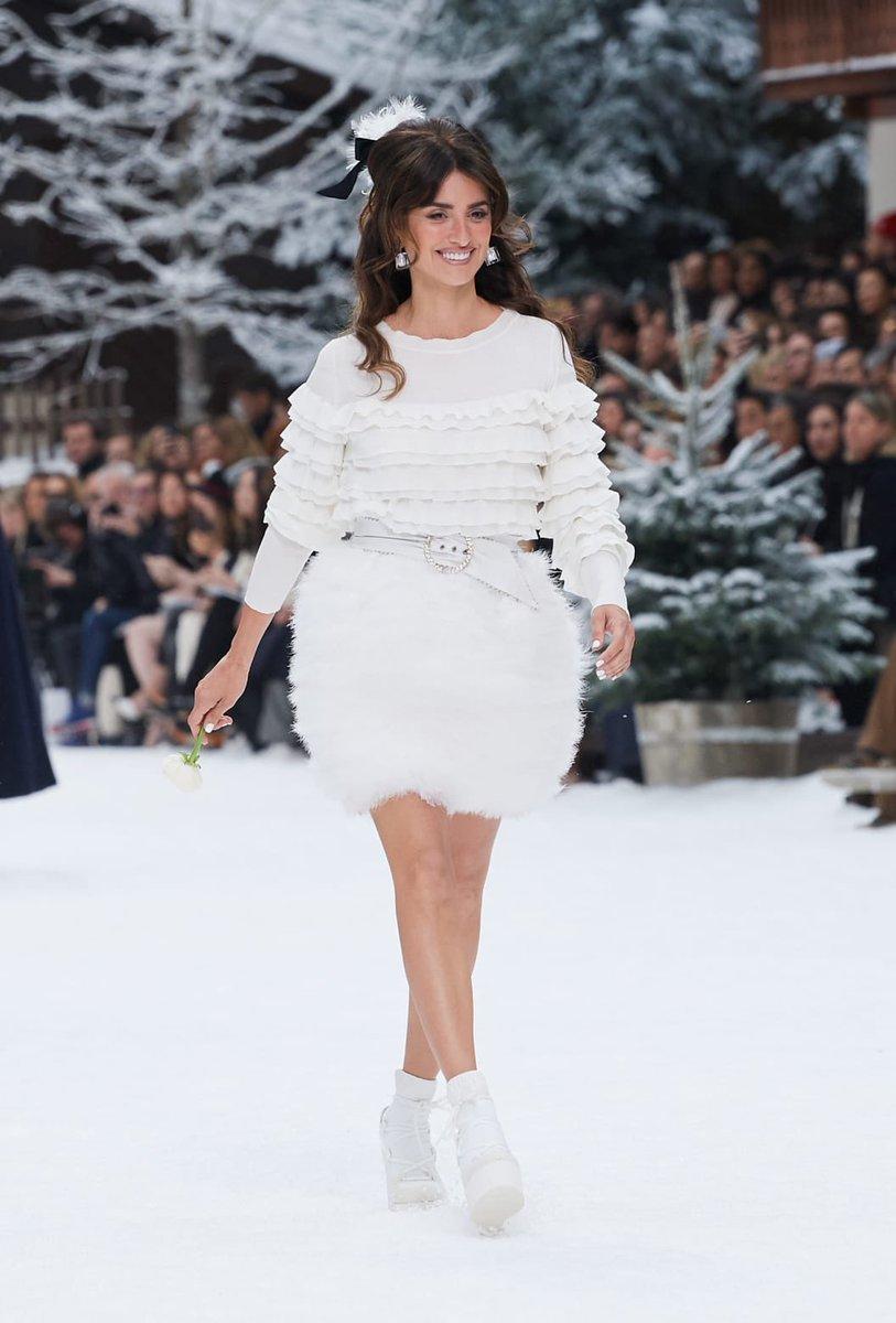 Looks of the #CHANELFallWinter 2019-20 collection, designed by #KarlLagerfeld & #VirginieViard #CHANELintheSnow #PenelopeCruz   Visit http://espritdegabrielle.com L'héritage de Coco Chanel #espritdegabrielle © #CHANEL