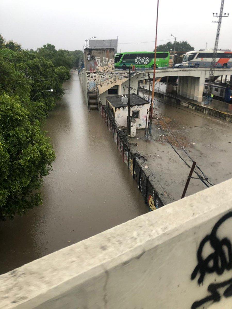 #ChuvaRJ foto do viaduto de Realengo. #RiodeCaos #SuperVia_trens