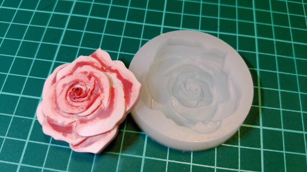 test ツイッターメディア - アロマストーンを作る用のモールドに新しいものが出ていたので、また薔薇をつくってみたんだが…。これ、めっちゃ液使うわ。10gは使った、2本分。でかいからなー。  #レジン #レジン好きな方と繋がりたい #100均 #ダイソー #薔薇 https://t.co/PyxR6VwZd6