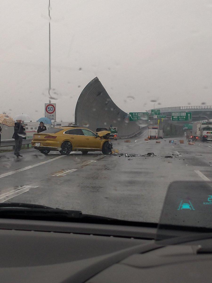 東名高速の海老名JCT手前でトラックが逆走した事故現場の画像