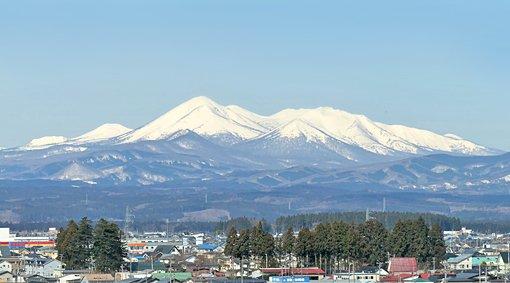 今日の東京は冷え込みが厳しく、就職活動で上京した学生諸君も驚いているようです。十和田は、昨夜から朝にかけて気温が低かったものの、現在はだいぶ暖かくなりました。十和田キャンパスからの八甲田の眺めも美しく、穏やかな一日となりそうです。