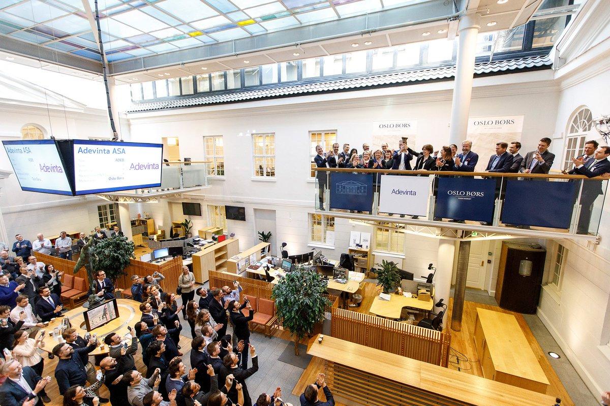 📢 @Adevinta est désormais cotée à la bourse d'Oslo! Notre CEO, Rolv Erik Ryssdal, ainsi que la présidente du conseil d'administration, Orla Noonan, ont sonné la cloche ce matin pour ouvrir le tout premier jour de négociation des actions d'Adevinta. #oslostockexchange #ipo
