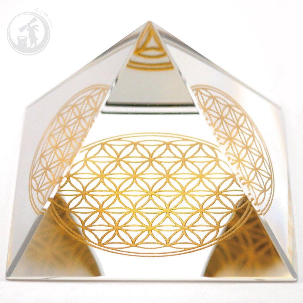 フラワーオブライフ・スクエア・ピラミッド・スタイルです。 職人こだわりのハンドメイドです。 材質:ガラス サイズ:約60mm(約6cm) 絶賛販売中です! #うさや #usaya #フラワーオブライフ #floweroflife #神聖幾何学 #神聖幾何学模様 #生命の花 #うさやのフラワーオブライフ #オルゴナイト