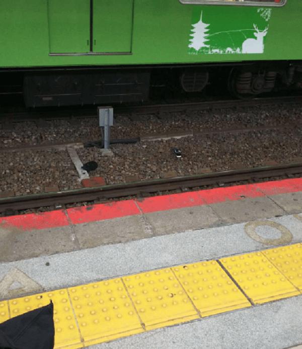 大和路線の天王寺駅の人身事故で線路内に靴が落ちている現場画像