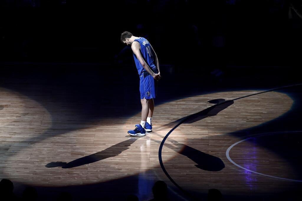 Tiefste Verneigung Dirk! Was für eine  Karriere... Ein geiler Basketballer geht, ein geiler Typ bleibt. Genieße die Zeit mit deiner Familie.
