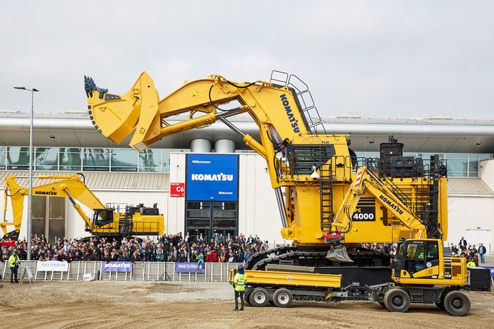 Bauma Official On Twitter They Biggest Excavator At Bauma2019 The Pc 4000 By Komatsu It S 9m High 16m Long And As Big As A Single Family Home Biggestbaumaever Bauma Https T Co Vueybz558d
