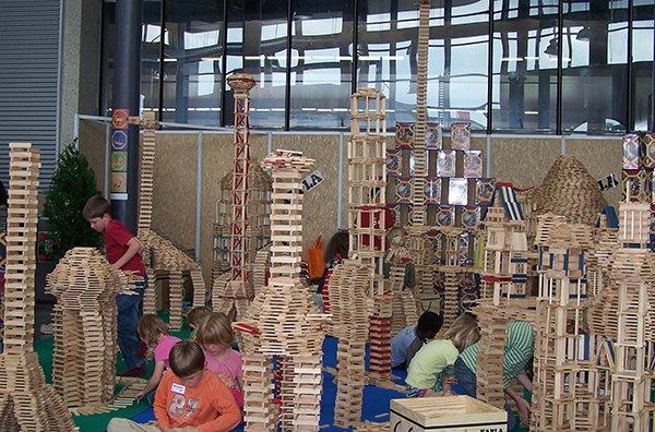 👷♀️👷♂️ El dissabte 4 de maig l'Àgora del mNACTEC es convertirà en un gran laboratori de construccions! 🏗 Vine a construir amb Kapla i crea tot allò que la teva imaginació et plantegi! ➡ http://bit.ly/2UqMRoU  #familia #nens #agenda @ARAcriatures #Terrassa