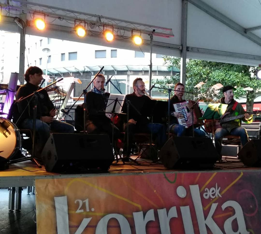 Giro ederra @laguntasuna-ren #DantzaPlaza-n! Eta geroago @revolta_music #kontzertua! Zatoz #klika egitera! #BarakaldoEuskaraz