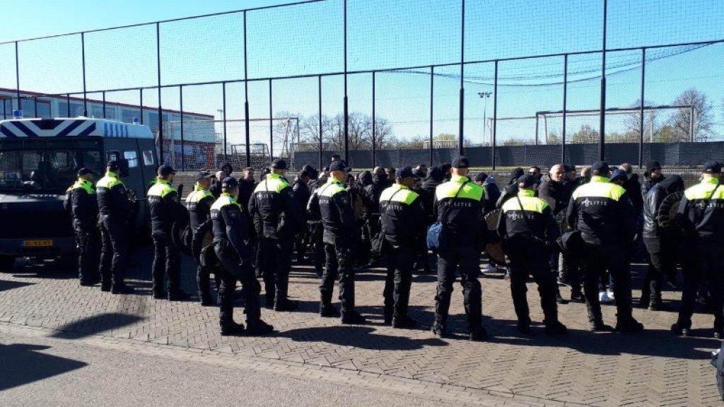 De politie heeft in Amsterdam opnieuw tientallen Italiaanse voetbalsupporters aangehouden. Het gaat om supporters van Juventus die onder meer messen, stokken, pepperspray, vuurwerk en hamers bij zich hadden.
