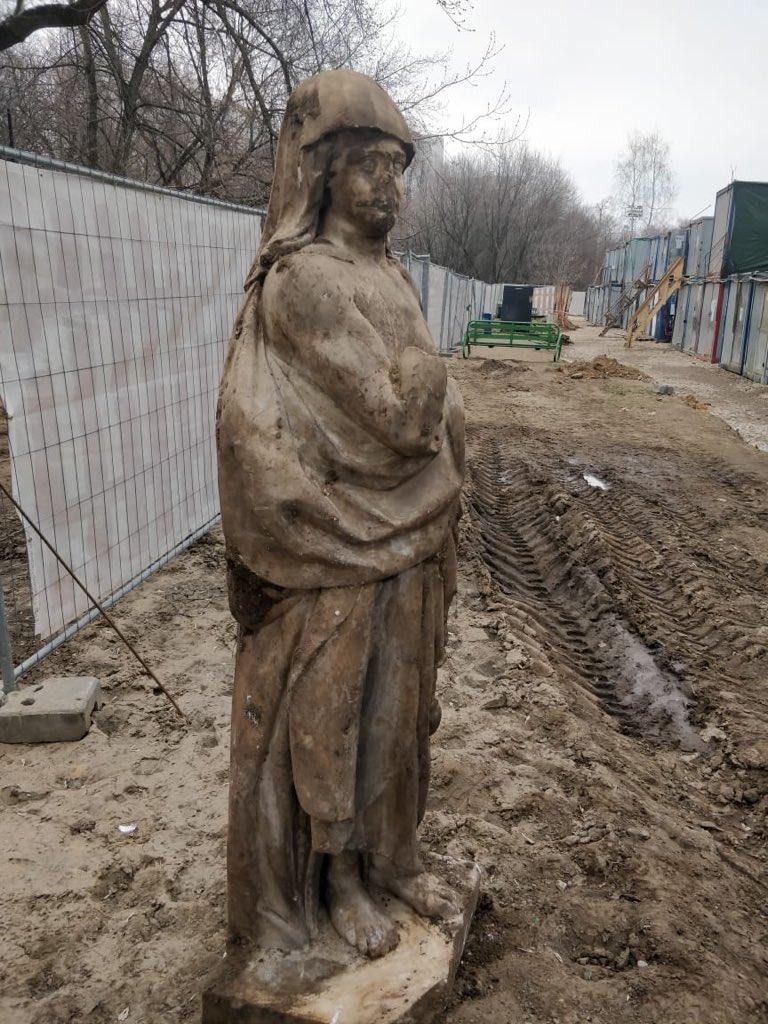 """На фото - мраморная скульптура 18 века, которую строители обнаружили во время работ в усадьбе #Люблино. Там идет благоустройство и озеленение. Археологи установили, что аллегорическая фигура """"Молчание"""" стояла у входа в особняк. Ценную находку уже отправили на реставрацию. pic.twitter.com/2OmitVa2vp"""