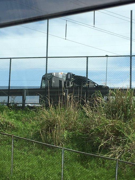 東名阪道で足場を載せたトラックが横転した事故現場の画像