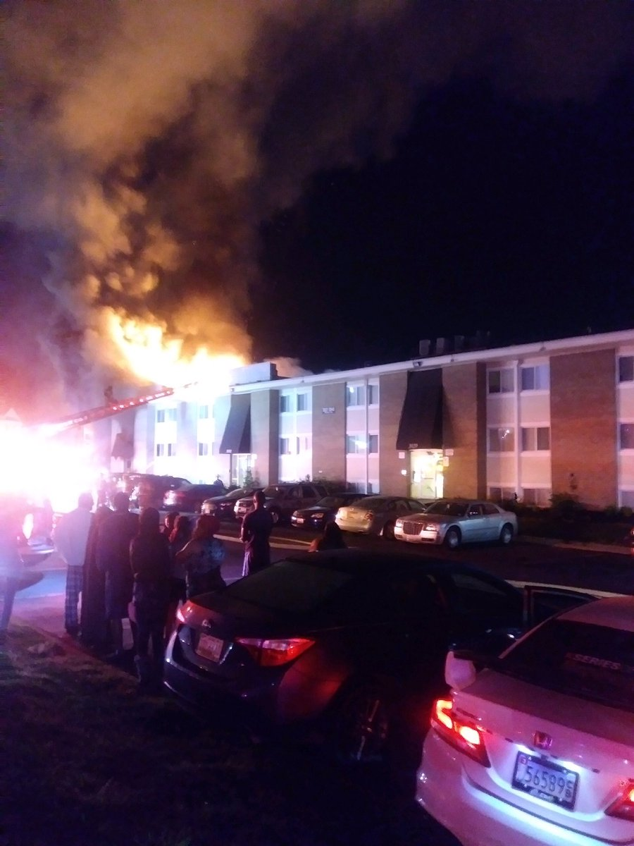 @Marcella_Rob and I are talking to those who are displaced here at a fire at this apt complex on Warner Ave in Landover Hills. This pic was taking by a woman who evacuated. One firefighter taken to the hospital, we'll have more details on @wusa9 #fire #Breaking #dcfire #GetUpDC <br>http://pic.twitter.com/toUo2ECbi3