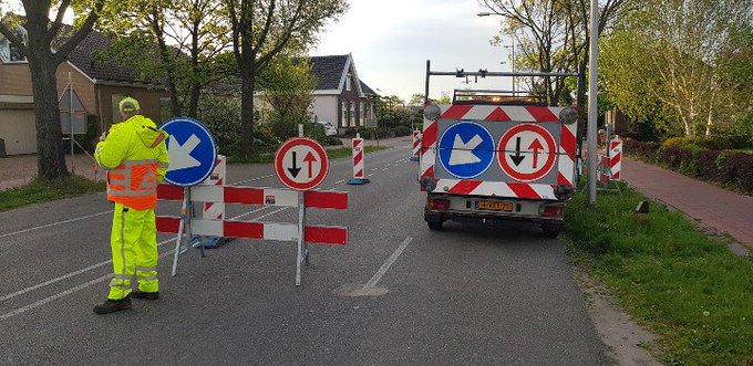Monster / Naaldwijk Zwartendijk.. Eén rijbaan aantal dagen vanwege werkzaamheden afgesloten. Verkeersregelaars tp. https://t.co/0tE2KF2m5d