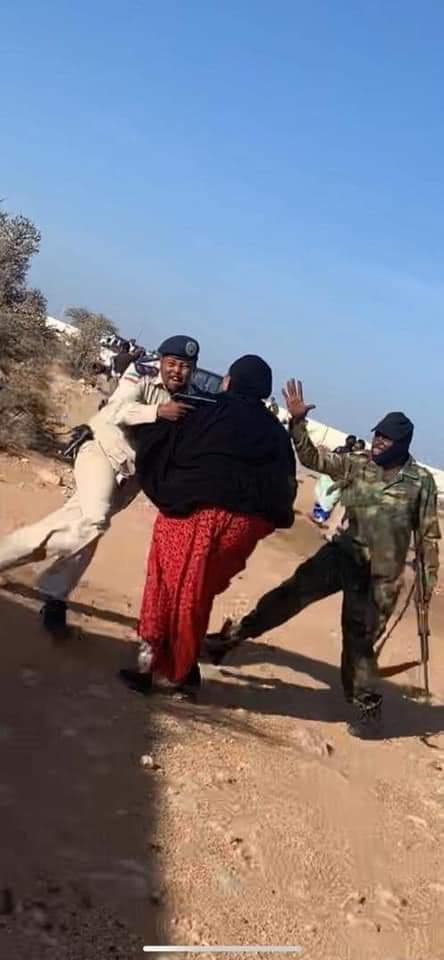 I was told Amisom is not in Hargaisa, I can see a non-Somali soldier slapping a lady here. <br>http://pic.twitter.com/tuAz7oMXgi