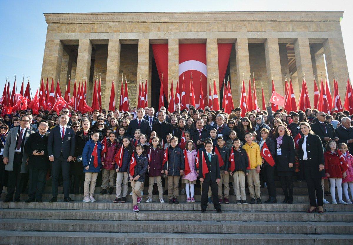 Bakan Selçuk, öğrencilerle birlikte Anıtkabir'i ziyaret etti.   Haber👉http://bit.ly/2IBxtjb  #BenÇocuğum