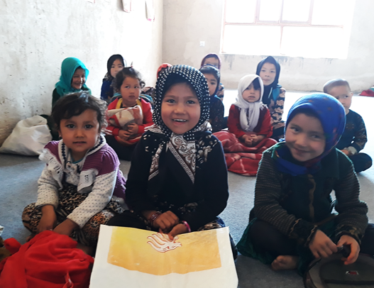 #WorldBookDay 📔   A moment in a kindergarten in #Afghanistan 🇦🇫 where children learn English and Dari while their mothers weave traditional carpets in a female-friendly centre created by @ILO - @Sida  @ILOTheLab