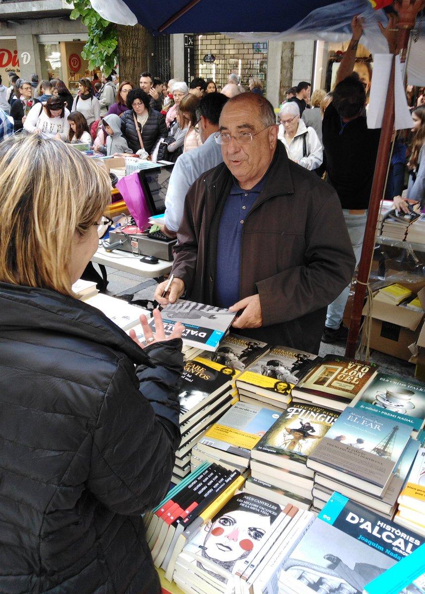 @quimnadal signant ''Històries d'alcalde'' a la @LLIBRERIA22. Bones lectures a tothom per #SantJordi