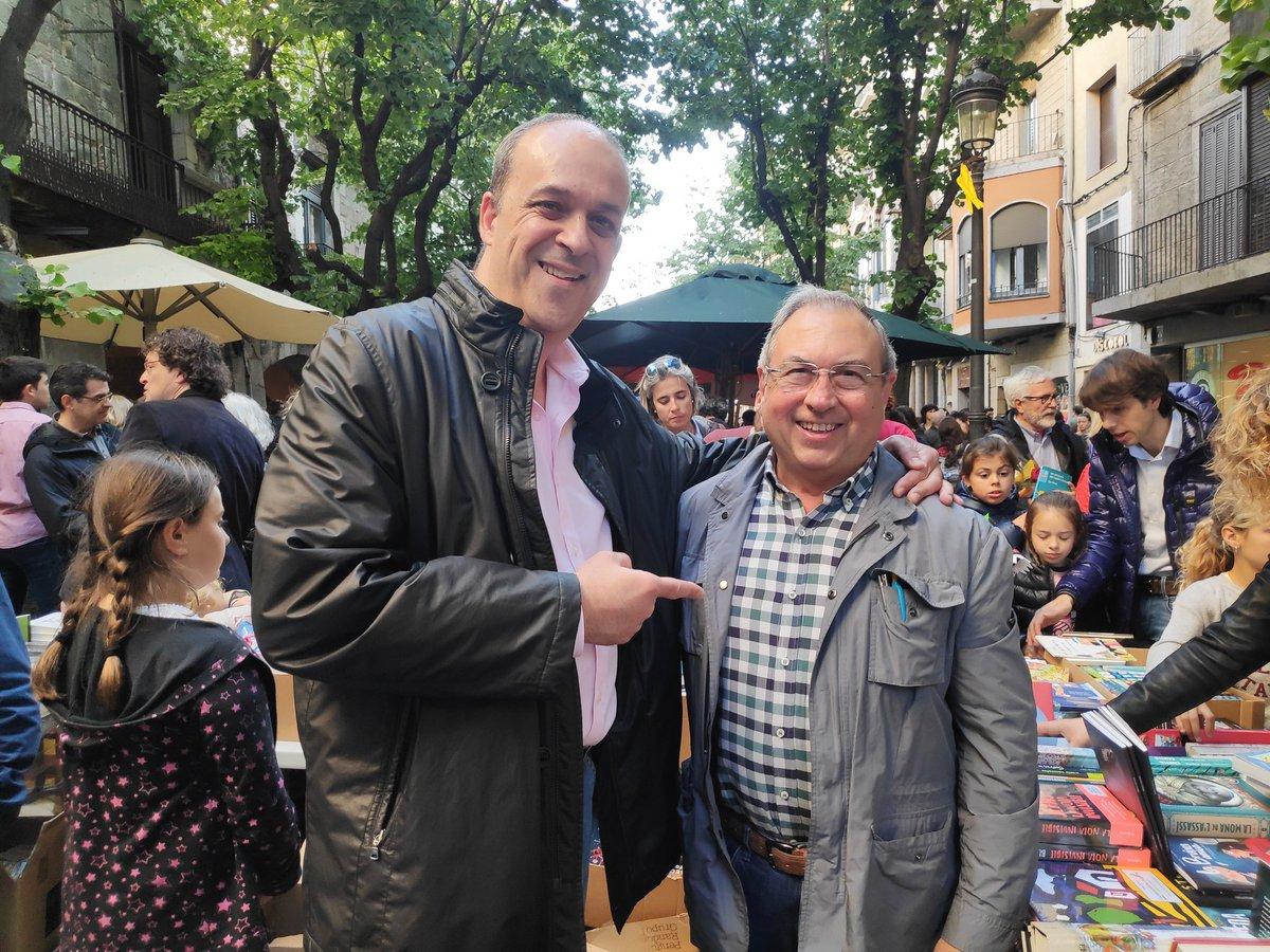 Amb en Miquel Fañanàs a la parada de la @LLIBRERIA22 de la Rambla de #Girona #SantJordi2019 #SantJordi19 #SantJordi #llibres