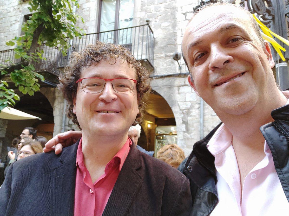 Amb en @DavidPagesCassu a la Rambla de #Girona a la parada de la @LLIBRERIA22  #SantJordi2019 #SantJordi19 #SantJordi #llibres