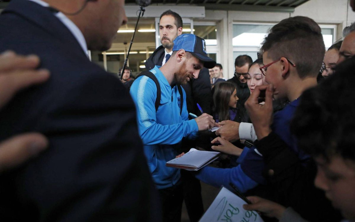 Messi has arrived in Álava and is signing autographs before the game.