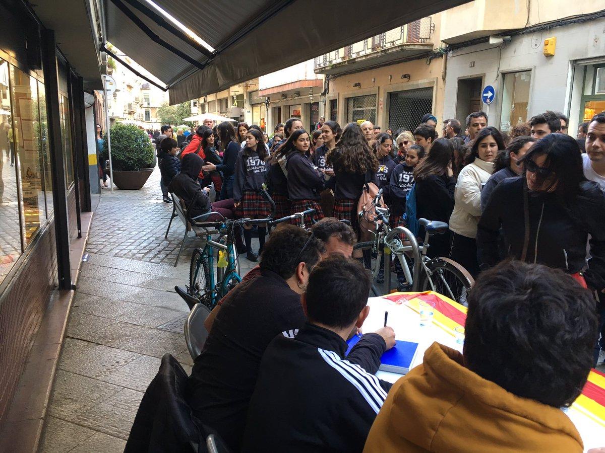 Sant Jordi 2019 txarango benvingusignant el seu llibre ple de gent @idaeidea @TimeOutGirona @biblioteques_gi @txarango