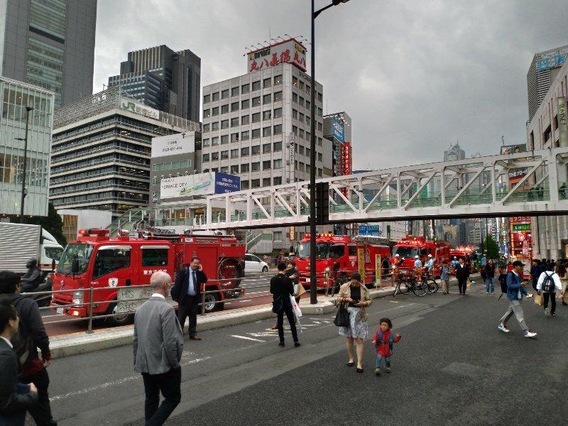 画像,新宿駅に消防車が集結してるんだけとなにがあった? https://t.co/ka8bSNxiho。