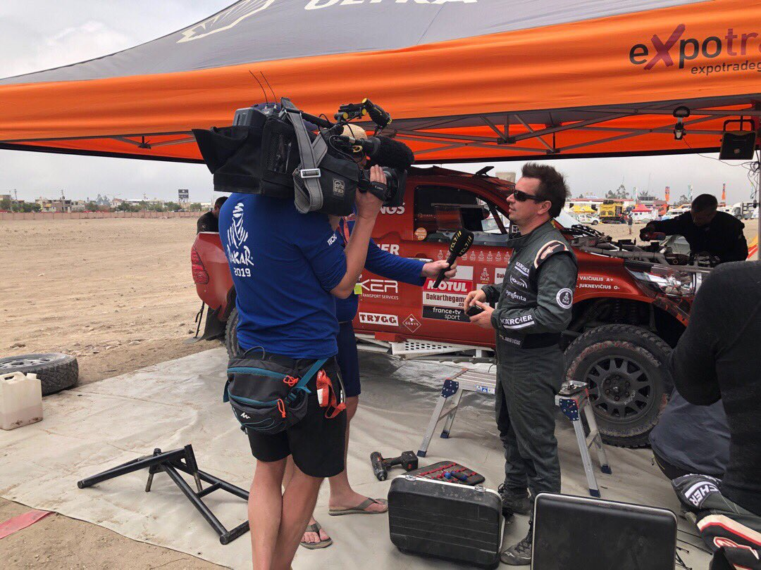 """""""Yes, as you can see there's 6 guys mending the engine, there's no way I could be helping""""  #fullattack #dakar2019 #dakar2020 #dakarsaudi #dakar #dakarrally #rallydakar #karcherlietuva #4x4offroad  #viadalietuva #dakarlegend #rallydakar2019 #shelllietuva #offroad #4x4<br>http://pic.twitter.com/TQe4u1KAKi"""