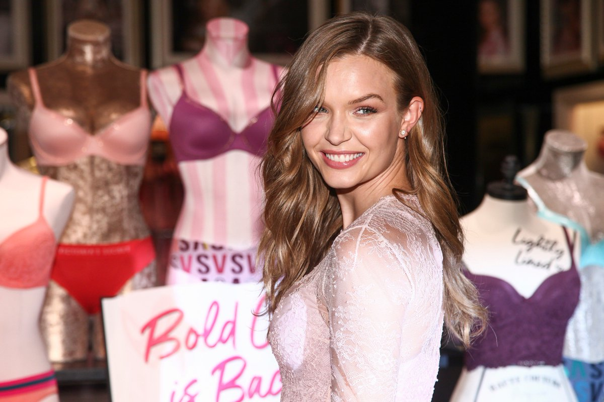 Victorias Secret angel Josephine Skriver met her favorite K-pop group, BLACKPINK, at Coachella and shared the encounter with Lisa on Instagram with the caption, ARGH I FINALLY MET HER. FANGIRLING!!(Photo:IC)
