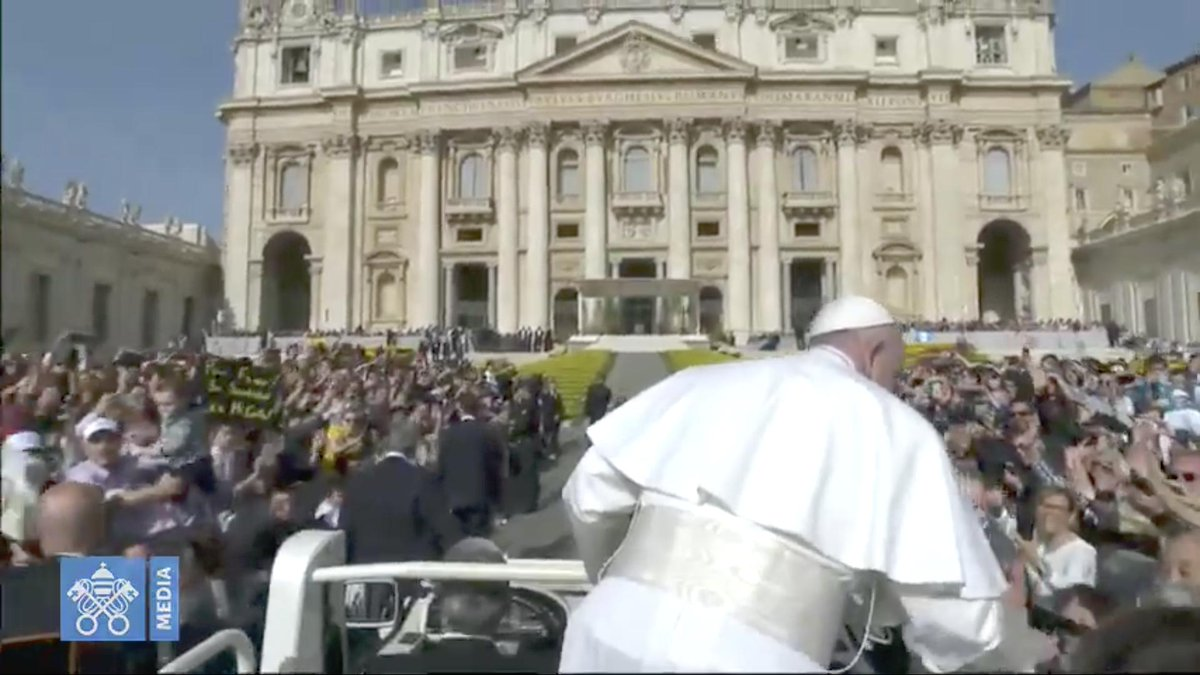 @pontifex #audience générale du mercredi le #papeFrançois salue la foule en sillonnant la place Saint-Pierre et il bénit les #enfants des #jeunes sont montés dans la #papamobile