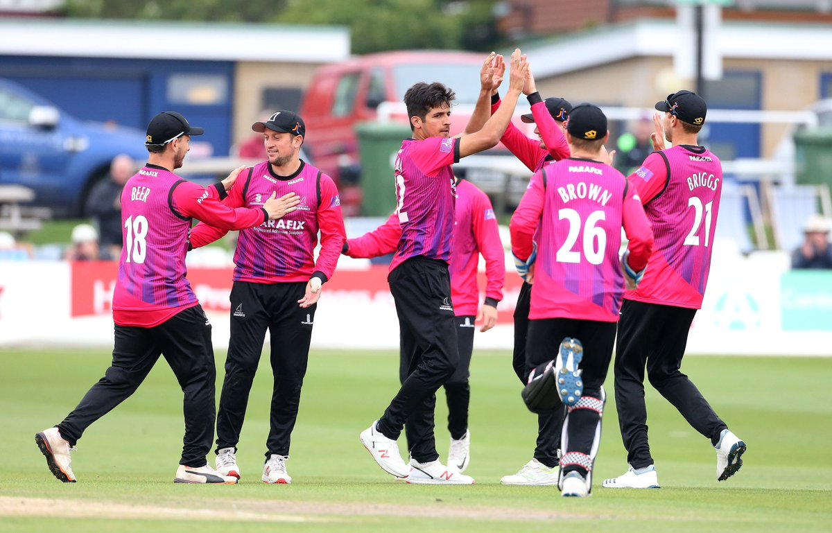 🇵🇰 Another fine performance in the @OneDayCup here at The @1stCentral County Ground from @mirhamza_k.   🔢 3 for 54 from his ten overs. @CJordan to bowl the final over. 270 for 7. #SharkAttack