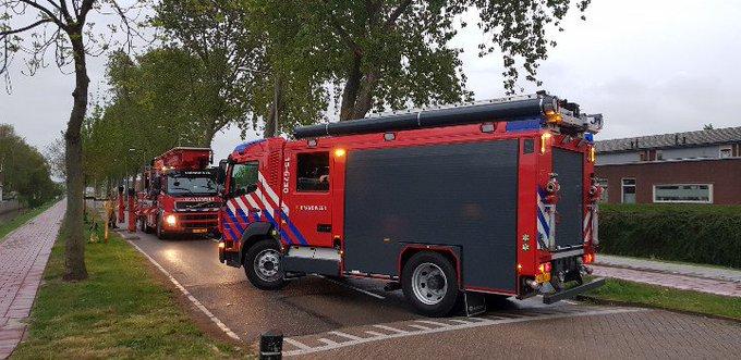 Poeldijk Brandweer in actie vanwege stormschade hangende tak wat afgebroken is. Verburglaan. https://t.co/nW0atxuUag