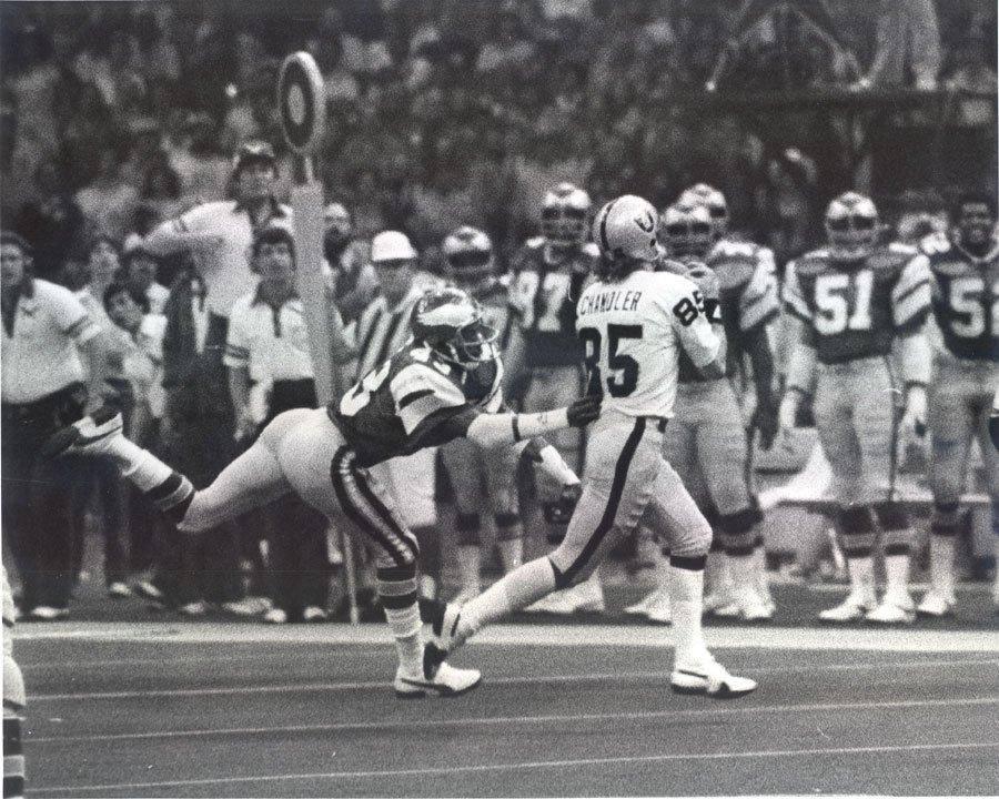 A birthday memoriam for #Raiders WR Bob Chandler, April 24, 1949 - January 27, 1995. A Super Bowl XV champion.  <br>http://pic.twitter.com/4hFZoQX75e